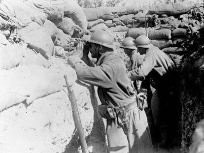 Soldados franceses en una trinchera observan al enemigo.