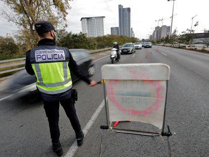 Un agente de policía participa en uno de los controles establecidos en la ciudad de Valencia, el 26 de febrero.