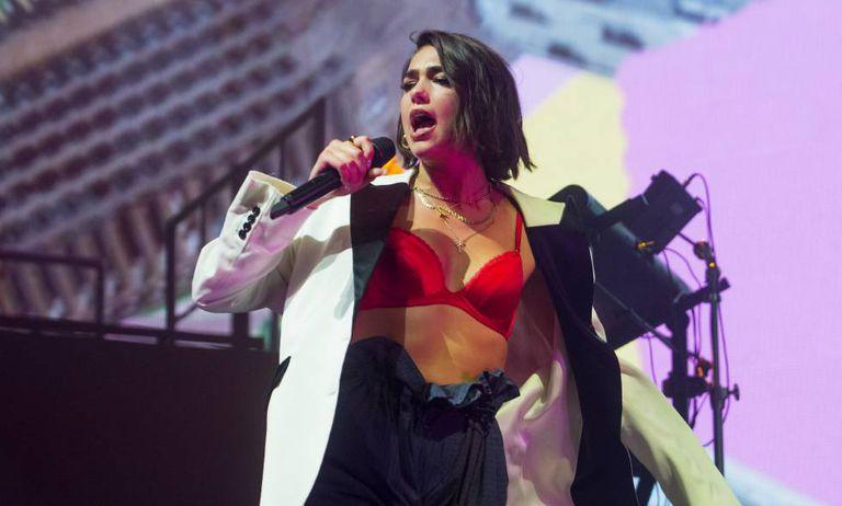 La cantante Dua Lipa en una actuación en abril de 2018 en Londres.