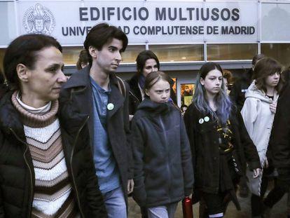 La activista Greta Thunberg (en el centro), en la Cumbre Social por el Clima en la Universidad Complutense en Madrid este domingo.