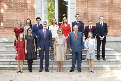 La reina Sofía, rodeada de su familia con motivo de su 80º cumpleaños, en las escaleras del palacio de La Zarzuela.