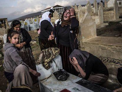 Ceremonia en el cementerio de Lalish. Las mujeres yazidíes lloran a sus muertos y muestran su dolor por los familiares que siguen en manos del Estado Islámico.