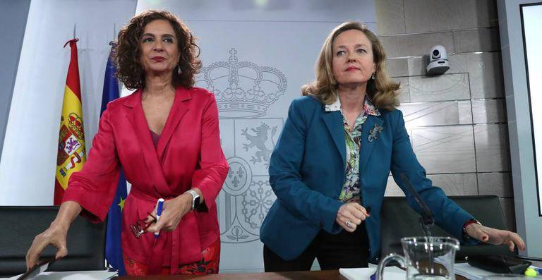 La ministra de Hacienda, Maria Jesús Montero, y la vicepresidenta de Asuntos Economicos, Nadia Calviño.