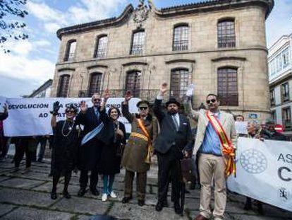 Acto reivindicativo en 2018 para reclamar la devolución al patrimonio público del palacio de Cornide de A Coruña, al fondo.