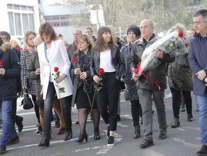 La secretaria general del PSE, Idoia Mendia con chaqueta blanca y Maddalen Iriarte, la primera a la derecha de la imagen con la hija de Isaias Carrasco.