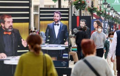 Varias personas pasean por calle Larios, donde ha sido inaugurada la exposición de las fotografías expuestas con motivo de la celebración de los Premios Goya en Málaga.