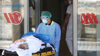 Un sanitario traslada a un paciente en el hospital Arnau de Vilanova, el pasado 4 de julio.