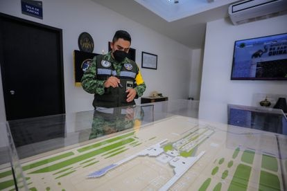 El mayor José Juan Marín señala una maqueta del aeropuerto.