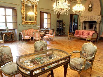 El llamado Salón de Baile de Emilia Pardo Bazán, con la mesa vitrina, en primer plano, que decoraba en 1916 la Sala de Música de la reina Victoria Eugenia en el Palacio Real de Madrid.