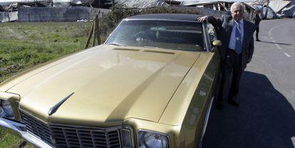 José Luis Baltar posa junto a un Chevrolet que forma parte de su colección de automóviles clásicos.