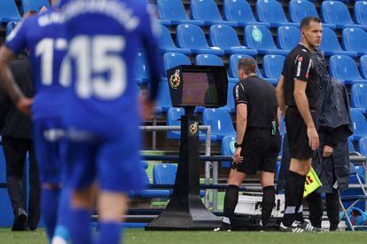 Un árbitro comprueba una jugada en el VAR.