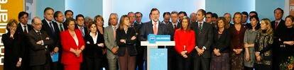 """El líder del Partido Popular, Mariano Rajoy, rodeado de miembros del comité ejecutivo nacional de la formación, en febrero de 2009. Tras las primeras detenciones en el 'caso Gürtel"""" el líder del PP reunió a toda la cúpula del partido y compareció ante la prensa para denunciar una campaña contra su formación. """"Esto no es una trama del PP, es una trama contra el PP"""", aseguro ese día Rajoy. Foto: Cristóbal Manuel"""