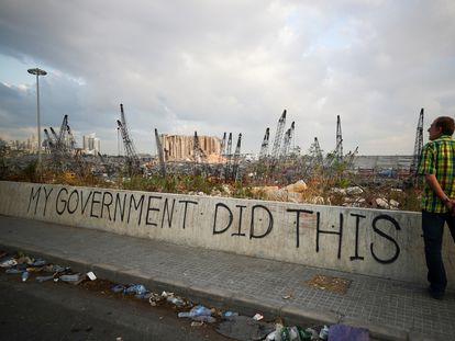 """Una pintada en el que se lee: """"Mi Gobierno hizo esto"""", en los alrededores del puerto de Beirut."""