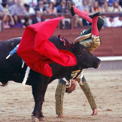 El Cid sufre una aparatosa voltereta en su segundo toro de la tarde.