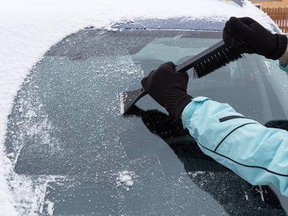 La rasqueta para el parabrisas es uno de los esenciales cuando llega el frío