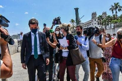 El líder del PP, Pablo Casado, evita responder a preguntas de los periodistas, durante su visita a Ceuta.