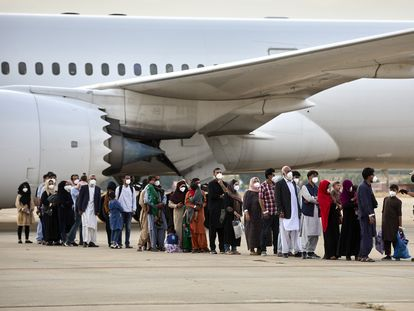 Un grupo de afganos llega a la base aérea de Torrejón de Ardoz, este martes.