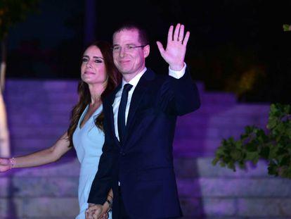 Ricardo Anaya y Carolina Martínez saludan a su llegada al debate.