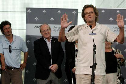 Roque Pascual (derecha) habla a los medios en presencia de su compañero Albert Vilalta (izquierda) y el presidente de la Generalitat, José Montilla.