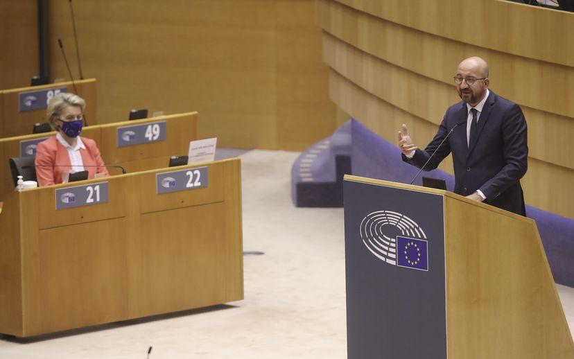 Ursula von der Leyen escucha a Charles Michel este lunes en la sesión del Parlamento Europeo en Bruselas.