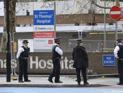 Un grupo de policías este lunes en los alrededores del hospital St. Thomas, en Londres, donde Boris Johnson permanece ingresado por Covid-19.