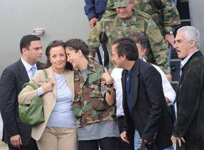 Un movimiento del Ministerio de Defensa de Colombia libera a la política Betancourt que permaneció seis años secuestrada en la selva.- En la foto, la ex candidata presidencial abraza a su madre, Yolanda Puceiro