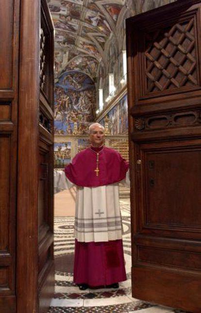 El arzobispo Piero Marini cierra las puertas del cónclave en 2005.