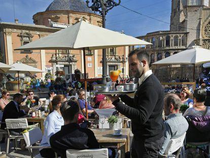 La terraza de una cafetería  en la plaza del Virgen de Valencia.