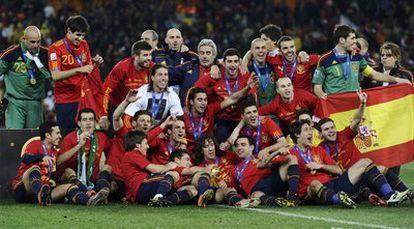 Los jugadores de la selección española se fotografían con el trofeo de la Copa del Mundo en el césped del estadio Soccer City, de Johanesburgo.