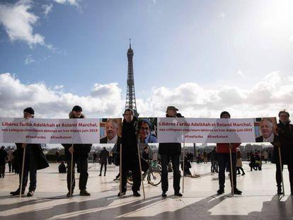 Un grupo de manifestantes piden la liberación de Fariba Adelkhah y Roland Marchal, en París el pasado febrero.