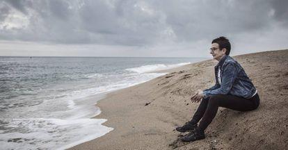 Carme Ruscalleda en la playa de Sant Pol de Mar.