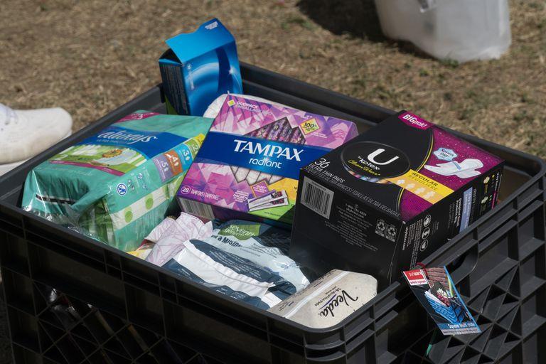 Una caja con compresas y tampones.