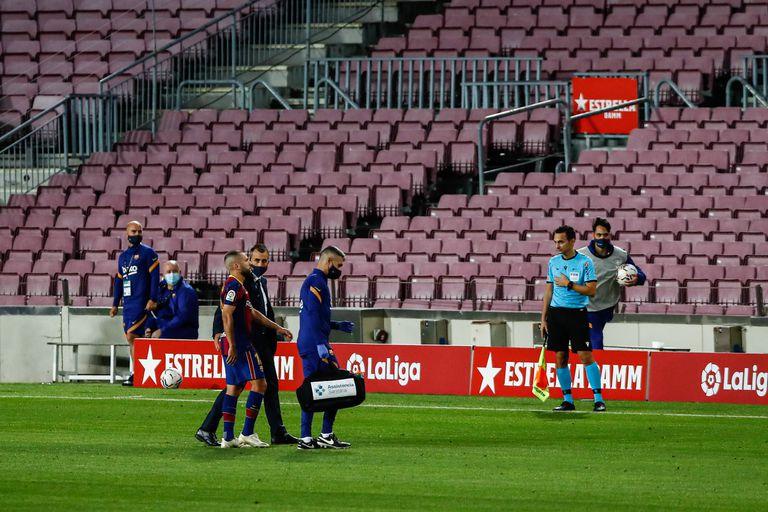 Jordi Alba abandona el terreno de juego, lesionado, ante el Sevilla.