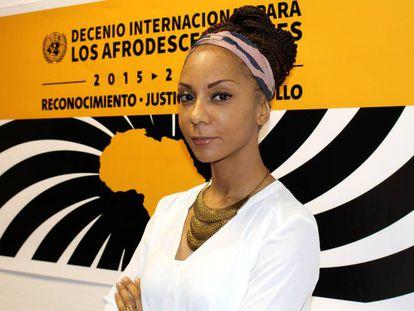 Isabelle Mamadou delante del cartel de Decenio Internacional para los Afrodescendientes.