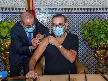 El rey Mohamed VI recibe el 28 de enero en el Palacio Real de la ciudad de Fez la primera vacuna contra la covid-19, en Marruecos.
