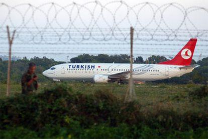 Imagen del avión turco secuestrado, estacionado en una zona de aislamiento del aeropuerto italiano de Brindisi.