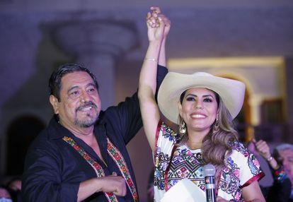 Félix Salgado Macedonio sostiene la mano de su hija Evelyn Salgado de manera triunfal, tras los primeros resultados de las elecciones en Guerrero.