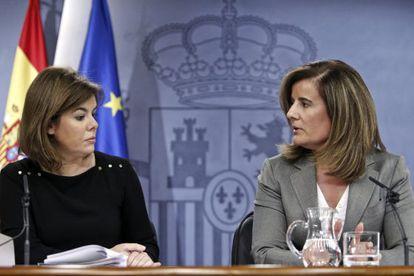 La vicepresidenta del Gobierno, Soraya Sáenz de Santamaría, y la ministra de Empleo y Seguridad Social, Fátima Báñez.