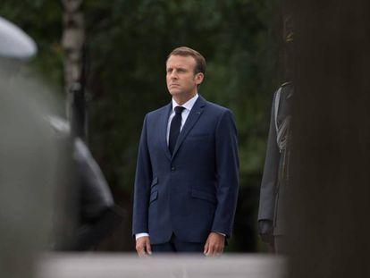 El presidente de Francia, Emmanuel Macron, en un acto en el cementerio de Helsinki (Finlandia).