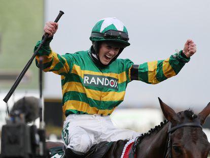 Rachael Blackmole celebra su triunfo en el Grand National este sábado.