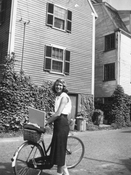 La escritora Sylvia Plath, fotografiada en 1951 con su bicicleta.Herederos de Marcia B. Stern