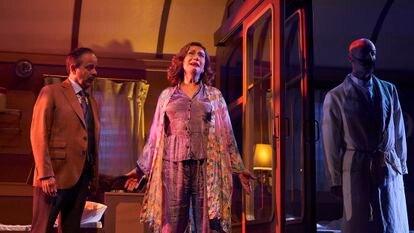 """David Bagés, Anna Barrachina y Eduard Farelo en una de las escenas de """"Asesinato en el Orient Express""""."""
