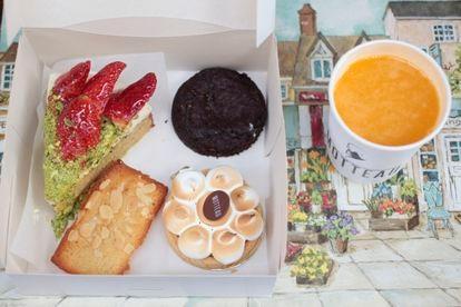 Porción de tarta de fresas y pistacho, galleta de tres chocolates, tartaleta de limón y zumo natural recién exprimido de Motteau a domicilio