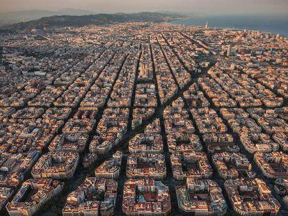 Vista aérea del Eixample, donde se ve el plan de las manzanas de Cerdà, originalmente con jardines públicos en el centro que con el tiempo fueron cerrándose, transformando la ciudad en una cuadrícula para coches. Las supermanzanas contemplan cerrar al tráfico conjuntos de cuatro por cuatro manzanas de Cerdà. |