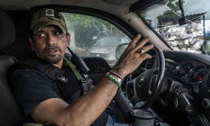 Héctor Zepeda abordo de su camioneta en Coahuayana.