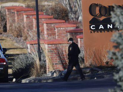 Un policía en el lugar del tiroteo a las afueras de Denver