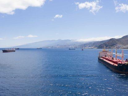 Mercantes fondeados frente al puerto de Santa Cruz de Tenerife.