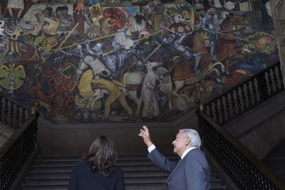 López Obrador le muestra a Harris el mural de Diego Rivera en Palacio Nacional.