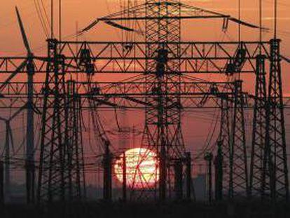 """La Comisión Nacional de los Mercados y la Competencia (CNMC) ha iniciado un análisis sobre """"los movimientos inusuales en los precios mayoristas de la electricidad"""" registrados en los últimos días, según ha indicado hoy el organismo en un comunicado. EFE/Archivo"""