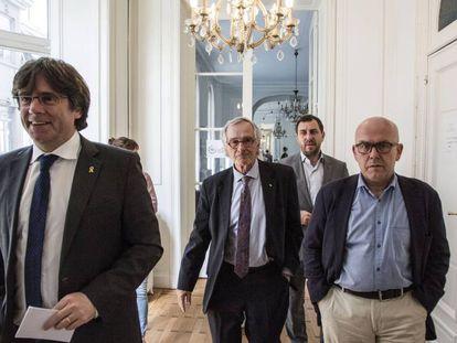 Xavier Trias (centro), rodeado del expresidente Carles Puigdemont (izq.), el exconsejero Toni Comín y el abogado Gonzalo Boye (der.).